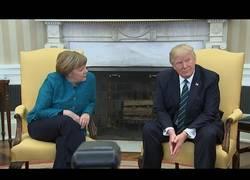 Enlace a Donald Trump pasa de Merkel cuando le pide darle la mano para una foto