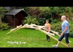 Enlace a Padre e hijo construyen el puente Leonardo Da Vinci que se sujeta a si mismo