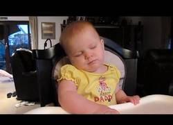 Enlace a Bebés que tratan con todas sus fuerzas de mantenerse despiertos pero el sueño les puede