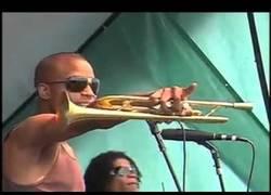 Enlace a Este tío es capaz de tocar la trompeta y tomar el aire simultáneamente