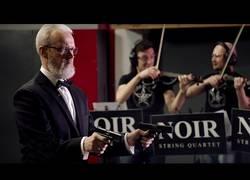 Enlace a Rusos interpretan a Strauss a ritmo de una glock