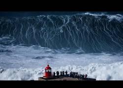 Enlace a Las enormes olas a las que se enfrentaron estos valientes surfistas en Portugal