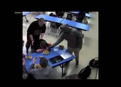 Enlace a Compañero de escuela salva a otro tras estar a punto de morir ahogado mientras comía