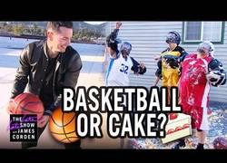 Enlace a ¿Pelota o tarta? James Corden juega a este divertido juego arriesgándose a acabar lleno de tarta