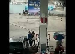 Enlace a Le roba el bolso a una mujer en una gasolinera y el karma actúa instantáneamente