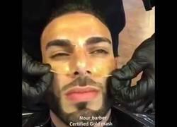 Enlace a Este barbero te dejará con la boca abierta al ver su técnica cortando el cabello