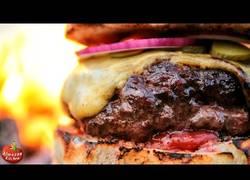Enlace a Se van al monte a cocinarse una hamburguesa que te dará más hambre que nunca al verla