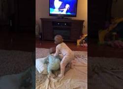 Enlace a Estos dos bebés gemelos son tan fans de Frozen que imitan una escena mientras la ven por TV