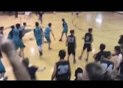 Enlace a La gran estrella de este equipo de baloncesto sin brazos y que causa sensación
