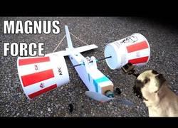 Enlace a Crea un avión a escala que vuela con el efecto Magnus usando dos cubetas de KFC