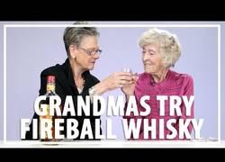 Enlace a Abuelitas prueban Fireball (Whisky con sabor a canela) por la primera vez (Inglés)