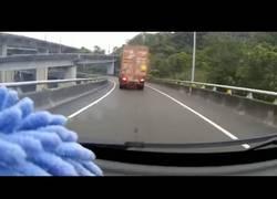 Enlace a Y de repente el camión y su mercancía se fueron abajo