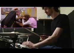 Enlace a Siguiendo una escena de Willy Wonka al ritmo de una batería