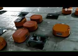 Enlace a Robots de almacén que reparten la mercancía en velocidad récord