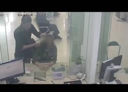 Enlace a Este empleado del banco se ha ganado un ascenso por ser un héroe en pleno robo