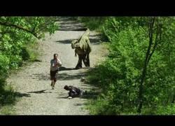 Enlace a Está haciendo ejercicio de buena mañana, se encuentra un dinosaurio y entra en pánico