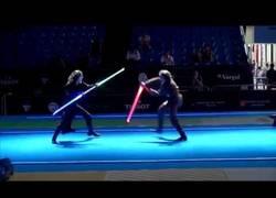Enlace a El alucinante combate de sables láser en un campeonato