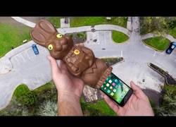 Enlace a ¿Puede sobrevivir el iPhone 7 dentro de un conejo de chocolate a 100 pies de altura?