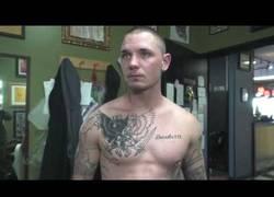 Enlace a Tatuador te cubre los tatuajes racistas de forma totalmente gratis