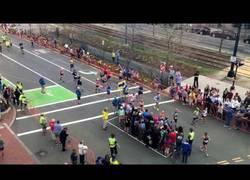 Enlace a La ingeniosa forma para cruzar en plena Maratón de Boston en un paso de cebra