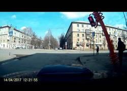 Enlace a Intenta arreglar un semáforo con un palo y peor no pudo salir su arreglo