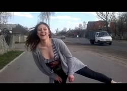 Enlace a Esta chica distrae a unos conductores bailando en la calle y la lía bien pardísima