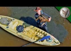 Enlace a Coyote Peterson usa un drone para capturar una enorme tortuga