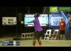 Enlace a Los fuertes gemidos de una mujer en pleno partido de tenis que sorprendió a todo el mundo