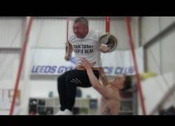 Enlace a Reta a su padre a ejercicios de gimnasta y comprueba que no es nada fácil hacerlo