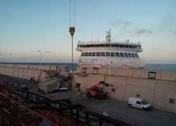 Enlace a Ferry sin control se choca contra el muro y causa un gran pánico