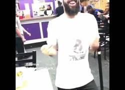 Enlace a Suena la música en el restaurante y es cuando Nick y Dan entran en acción