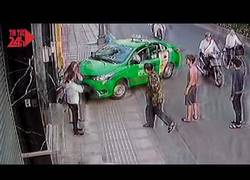 Enlace a Este ladrón roba un bolso en plena calle y el karma no tarda en actuar de inmediato