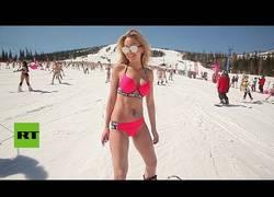 Enlace a Haciendo snowboarding en bikini en Rusia