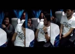 Enlace a La gran emoción de esta chica al sentarse a su lado en el autobús el chico que le gusta