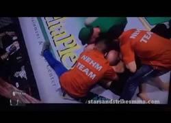 Enlace a Es noqueado por su rival en 10 segundos y la emprende a puñetazos con el árbitro