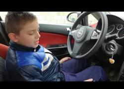 Enlace a Le deja el coche a su hijo y la lía bien parda