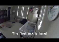 Enlace a Este niño vio el camión de bomberos frente a su casa y su reacción es épica