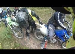 Enlace a Parecía un viaje en moto tranquilo hasta que se le clava algo en la pierna