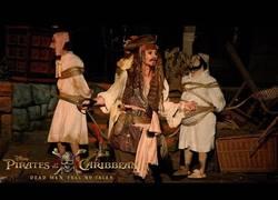 Enlace a El Capitán Jack Sparrow sorprende a cientos de fans en Disneyland