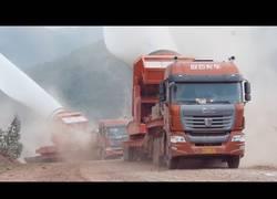 Enlace a Así de impresionante es el transporte de estas palas de 52 metros de un aerogenerador
