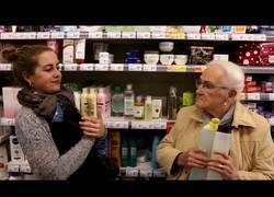 Enlace a Cuando te coge por banda una señora mayor en el supermercado