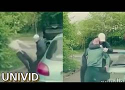 Enlace a Intentan robar a una persona y resulta ser un luchador de MMA que los deja KO en pocos segundos