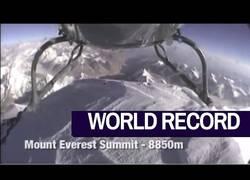 Enlace a Imágenes del helicóptero que se posó sobre la cima del Everest a 8.850 metros de altitud