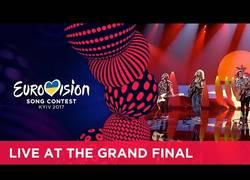 Enlace a Manel Navarro hace el ridículo en Eurovisión con un gallo que le lleva a la última posición