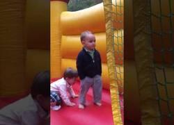 Enlace a El niño más molón del mundo saltando en un castillo inflable