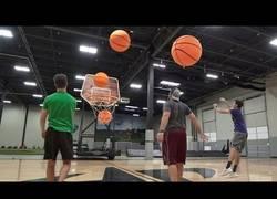 Enlace a 'Dude Perfect' lo ha vuelto a hacer ahora con balones gigantes de baloncesto