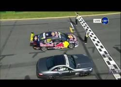 Enlace a Red Bull F1 vs Mercedes SL63 vs Supercar V8 frente a frente y el Fórmula 1 dejando mucha ventaja