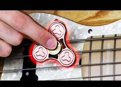 Enlace a La forma más épica para tocar un bajo... con la ayuda de un spinner