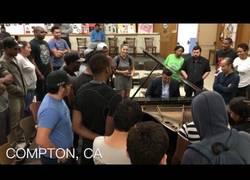 Enlace a Sorprende a los asistentes tocando los clásicos de Dr. Dre a piano