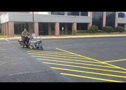 Enlace a La persona que mejor pinta las rayas del parking